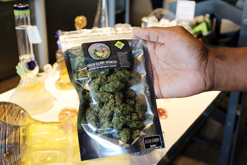 Alien Candy is a cross between Alien Technology and Cotton Candy strains.