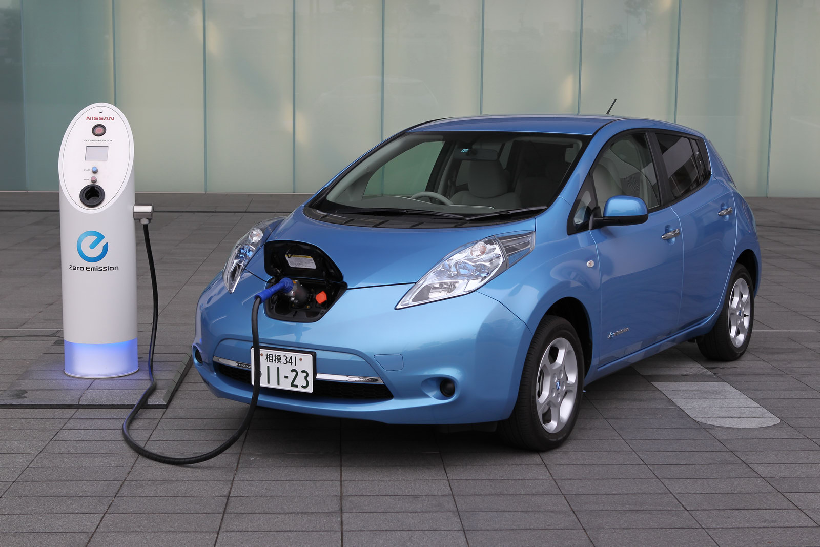 the charging port at the front of the nissan leaf       image: automotnews.com