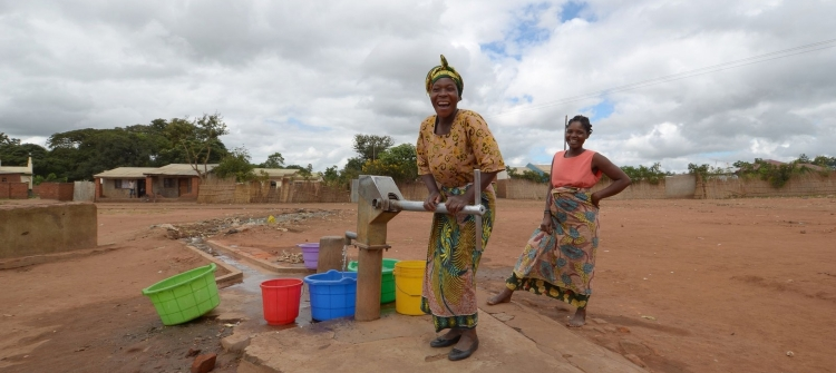 african-women-fetch-water-from-the-salima-village-in-the-malawi-region-1600x1060 copy.jpg