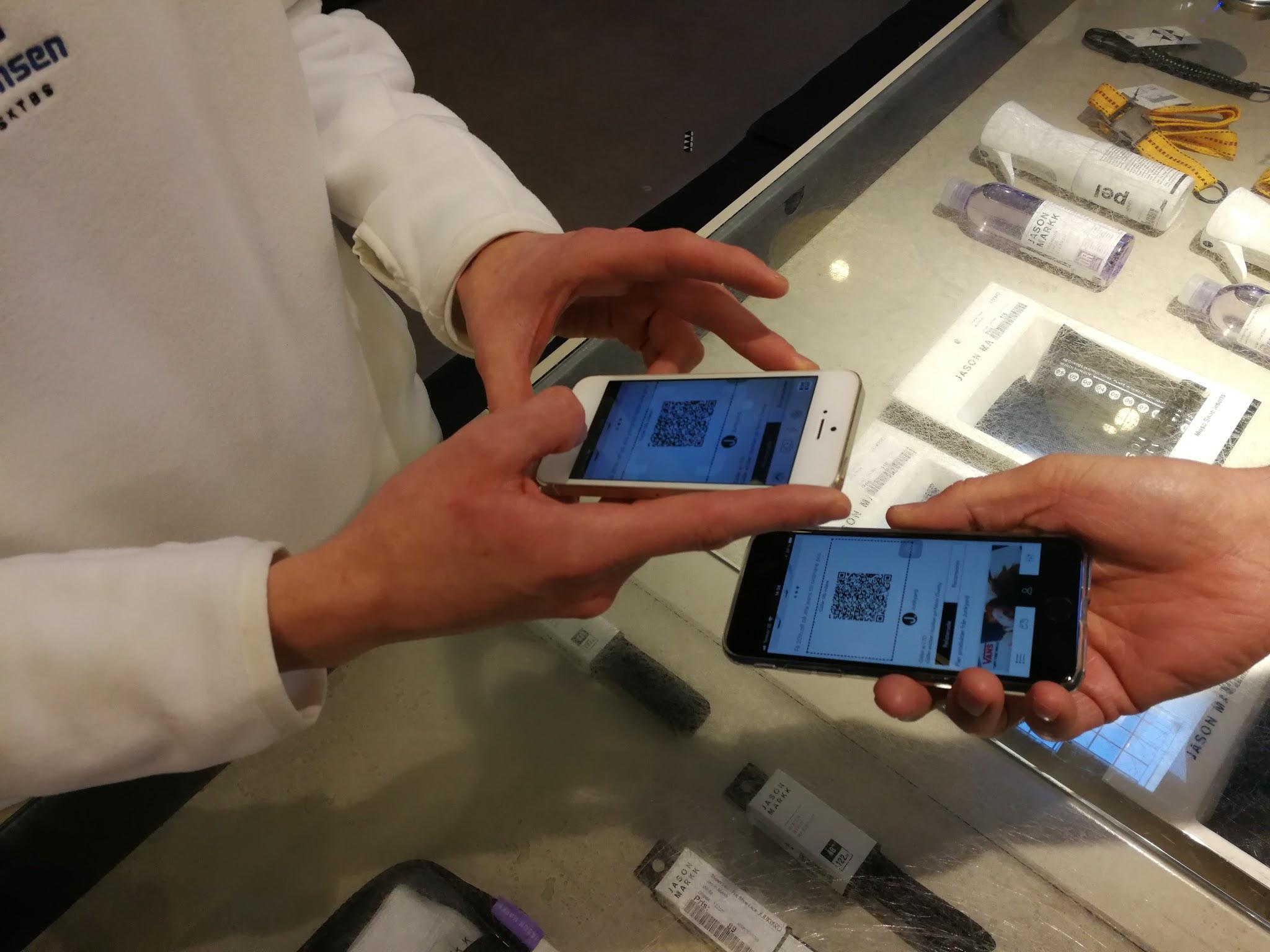 A customer is exchanging an offer from the app in Junkyards store in Trollhättan