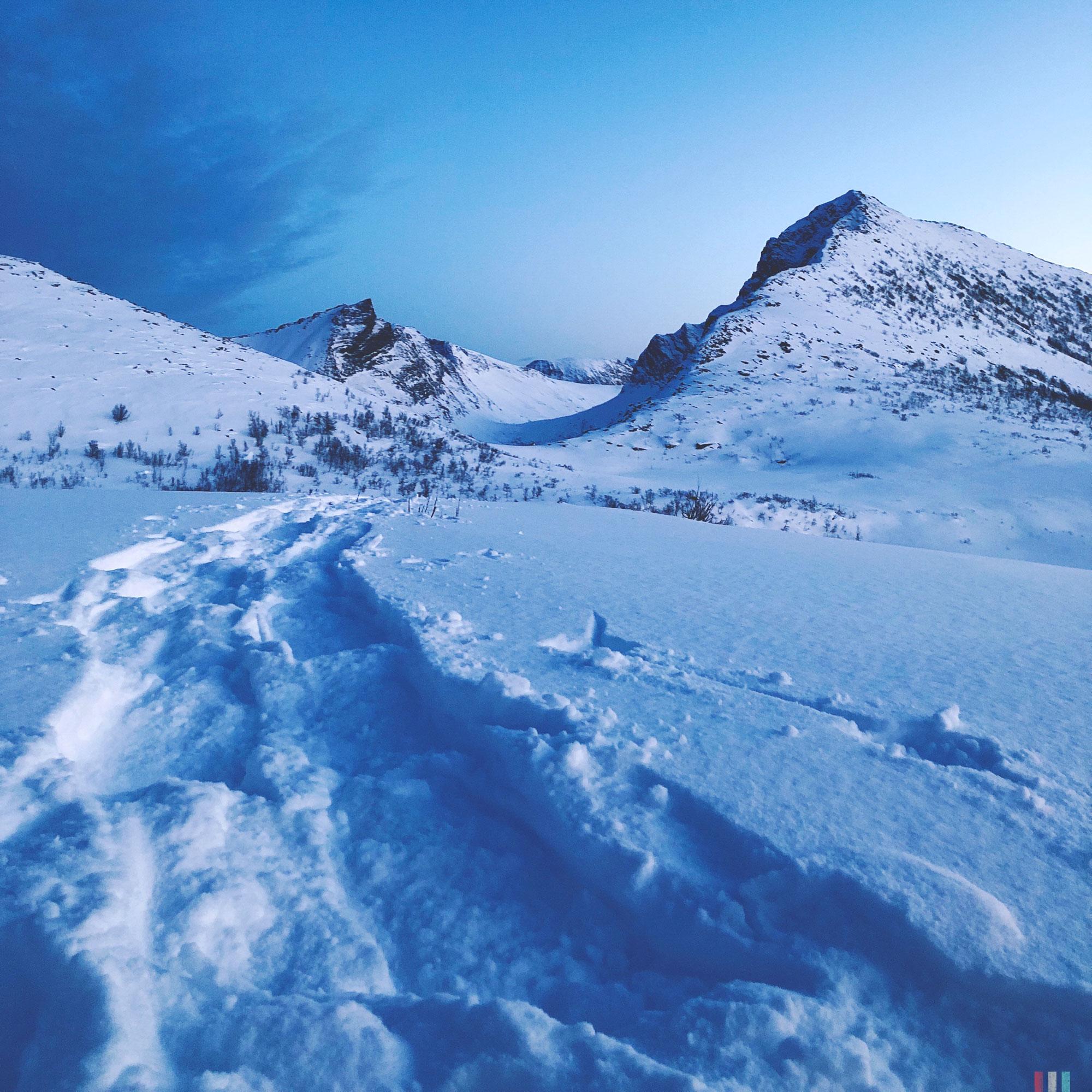 norwegen-senja-wandern-spuren-von-unten.jpg