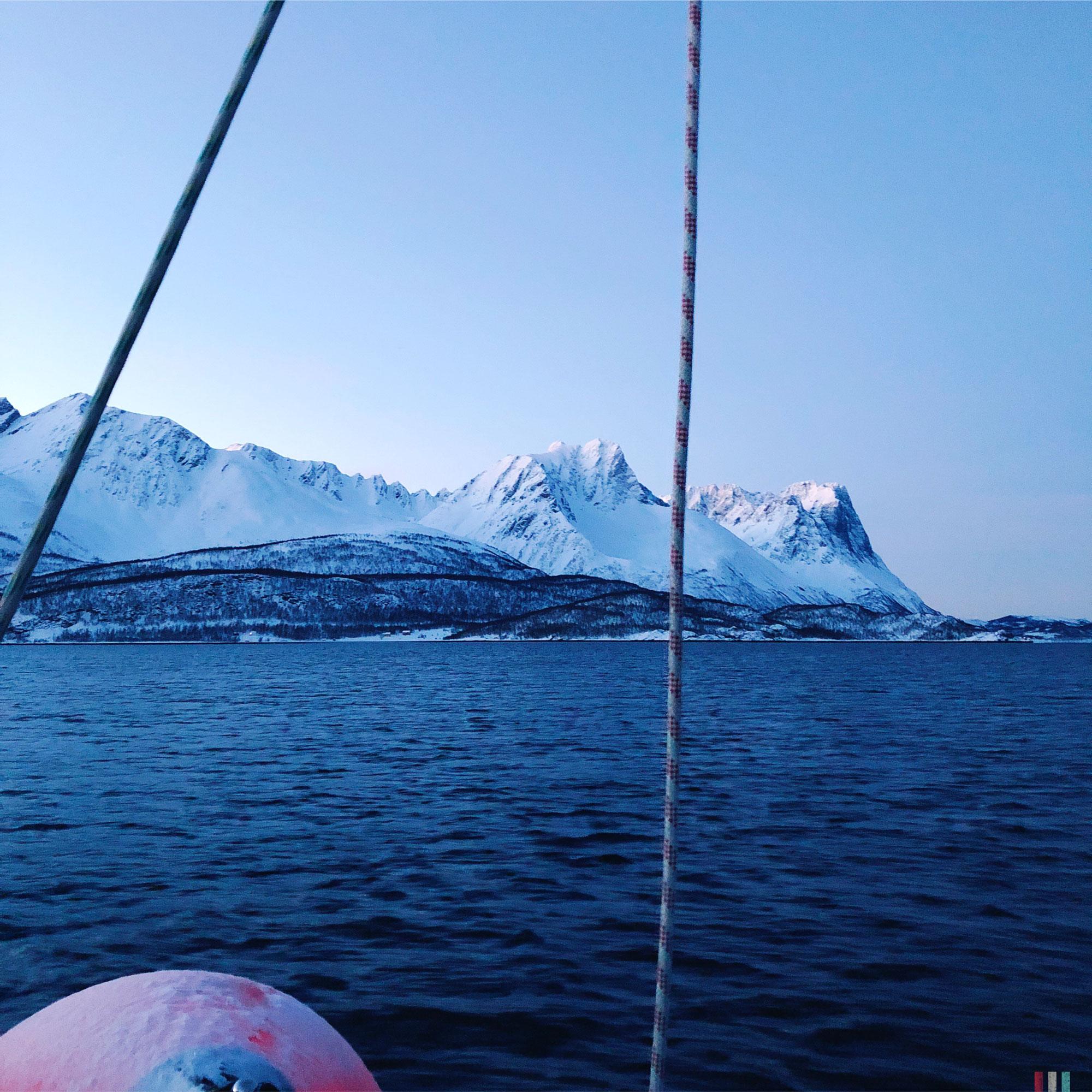 norwegen-tromso-segeltour-kvaunangen-mit-seil.jpg
