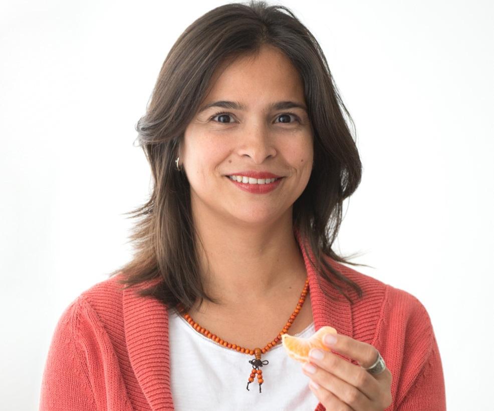 Ysabel Viloria - ProfesoraNascuda a Veneçuela i ciutadana global és una dona valenta, emprenedora, atrevida i curiosa que en els últims 15 anys ha experimentat grans aventures, des d'emigrar del seu país natal fins a canviar de professió actualitzant les seves habilitats personals i professionals. Aquest recorregut l'ha fet a través d'estudis de coaching, programació neurolinguista i mitjançant un procés de Sadhana (terme sànscrit que significa 'pràctica espiritual') i li ha permès des de l'amor, la compassió i el treball personal transformar-se, convertint-se en un ésser de llum en evolució.En els últims anys el seu major repte ha estat la maternitat. Passar per aquest procés li ha permès adonar-se de la quantitat d'aspectes a equilibrar abans de l'arribada del nadó. Usualment aquest període sol ser estressant per tots els canvis físics i hormonals que es fan present, però Ysabel a través d'un entrenament Cos-Ment-Esperit a partir del Ioga, t'ajudarà a assolir un nivell de benestar òptim per una rebuda amorós del nou membre de la família, sense que això representi trencar la teva pròpia vida, gaudint de la maternitat i de les aventures que aquesta comporta.Ysabel també forma part de l'equip de formació de professors impartint mòduls de ioga i maternitat.