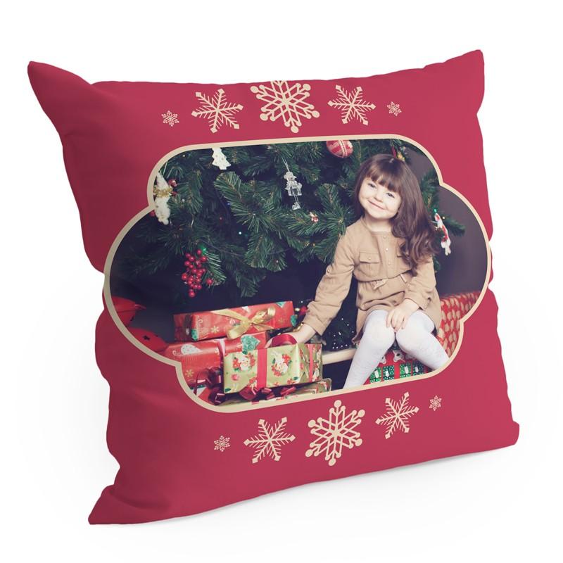 Cuscino Christmas - Red Christmas è il cuscino con foto da personalizzare con i tuoi ricordi più dolci. Un foto regalo tenerissimo per portare la magia del Natale nell'arredo di casa.Questo tema permette di inserire 1 foto.€ 29,50