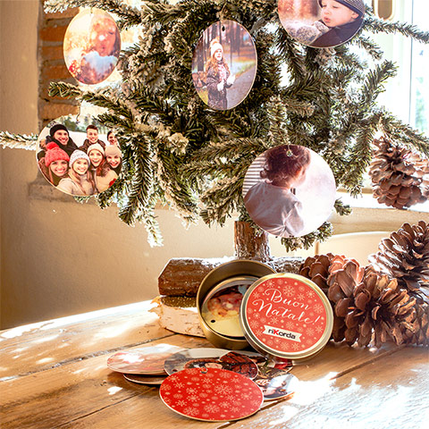 Set palle Natale - Il Set Palle di Natale personalizzate è il foto regalo perfetto per le persone che ami. Stampalo con i vostri scatti più dolci per decorare l'albero di Natale con tutte le emozioni dei foto ricordi più belli.Questo prodotto permette di inserire 12 foto€ 11,90