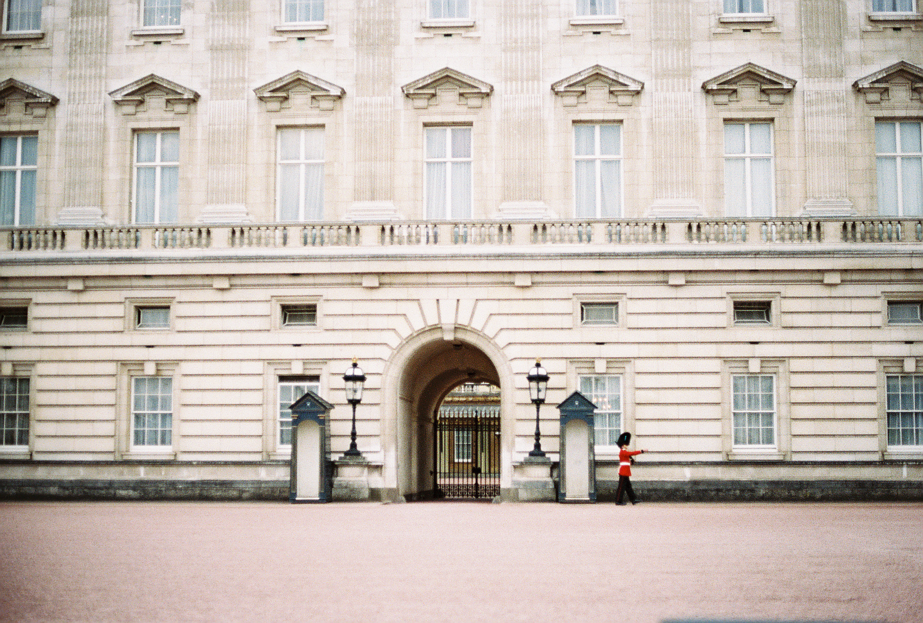 front-buckingham-palace-guard-london-uk-european-honeymoon