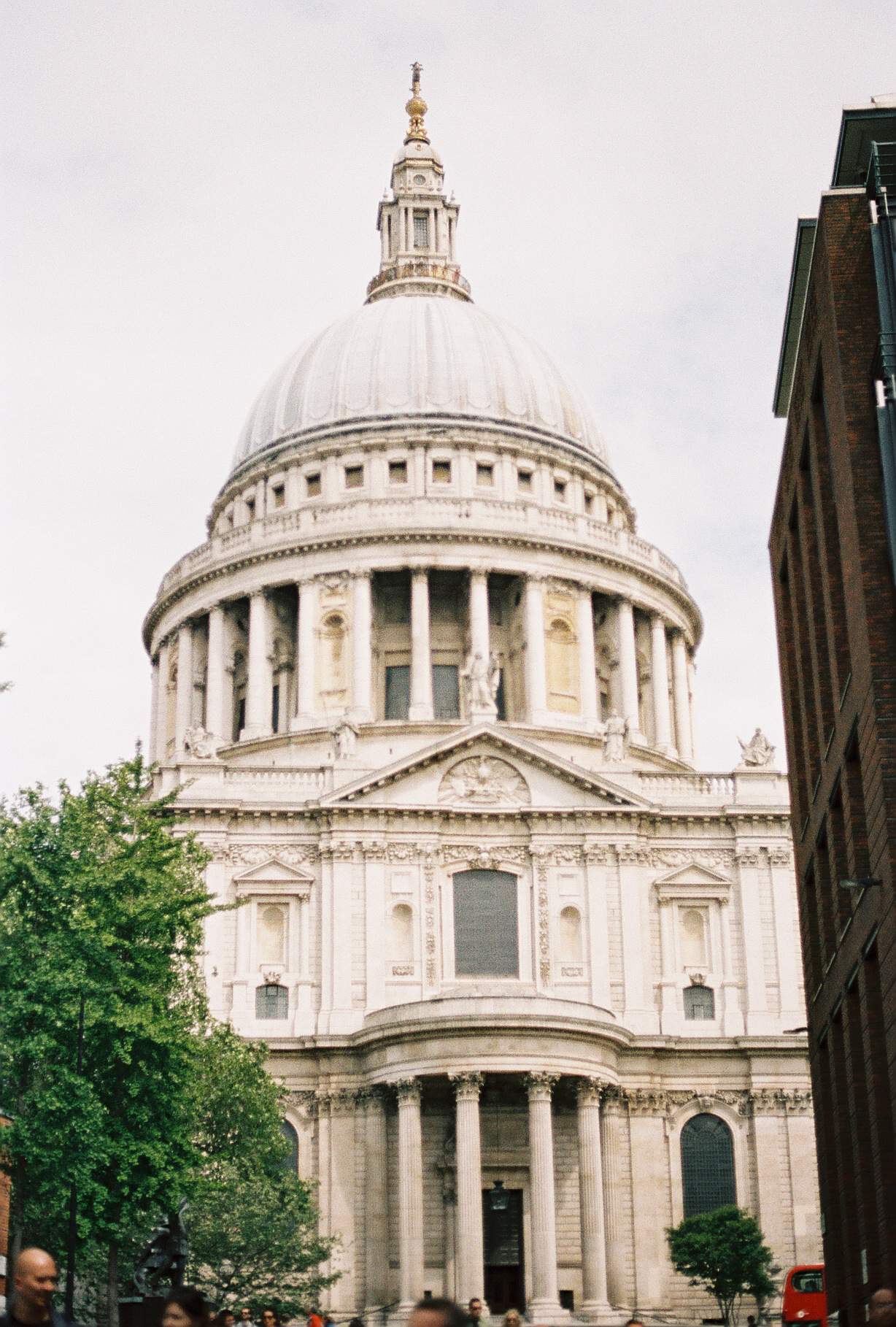 walking-around-london-united-kingdom-european-honeymoon