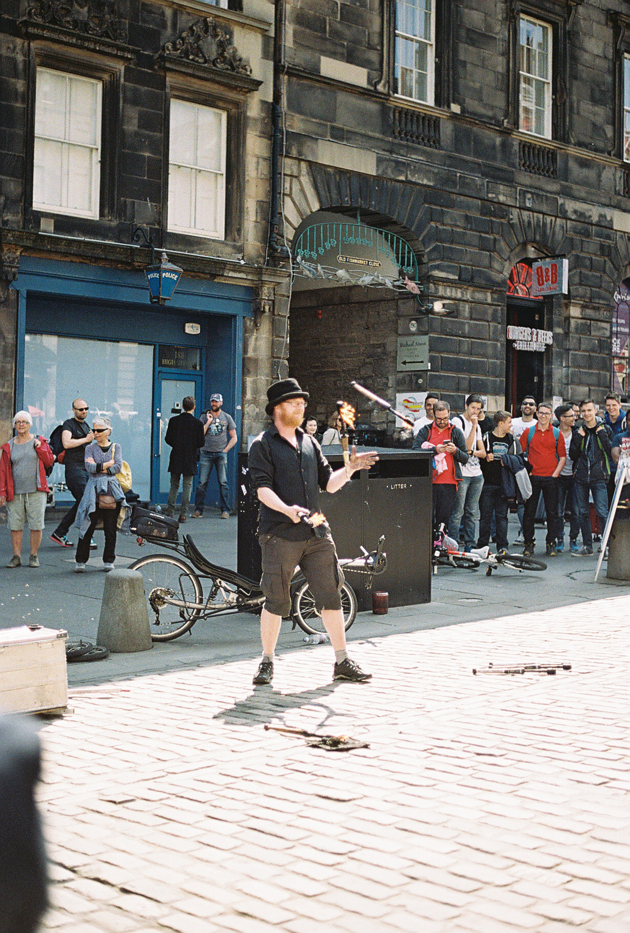 street-performer-juggler-edinburgh-scotland-european-honeymoon