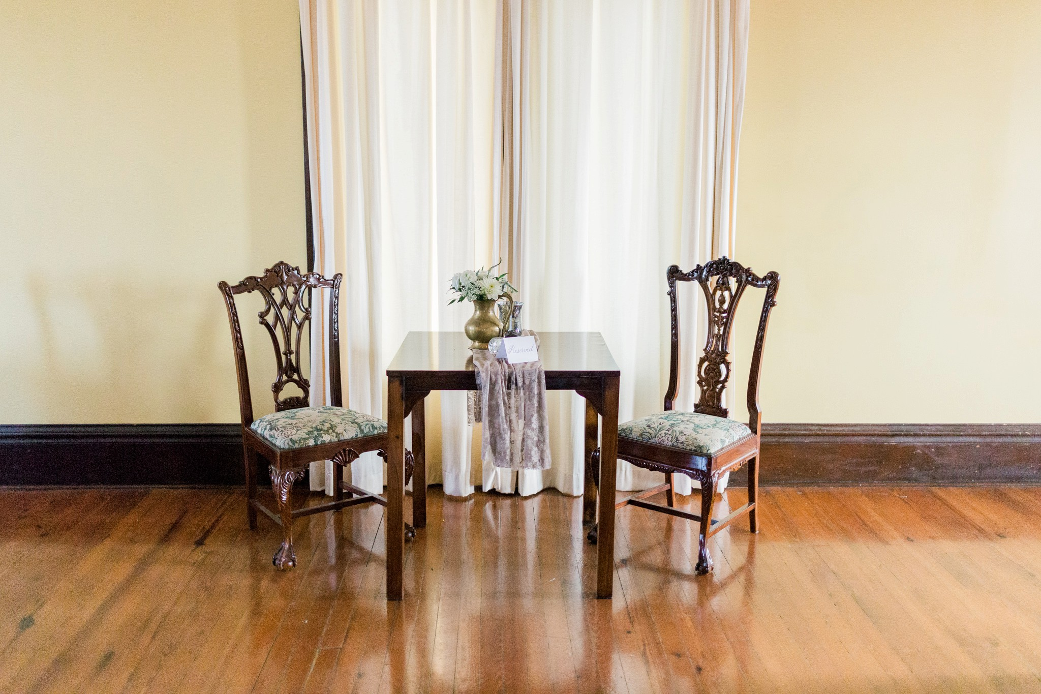 vintage-wedding-day-style-pinehills-floral-head-table-decor-redding-house