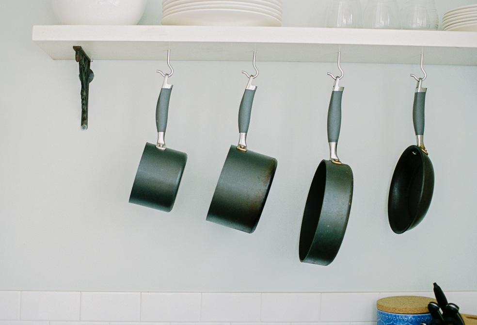 pots-hanging-in-the-kitchen