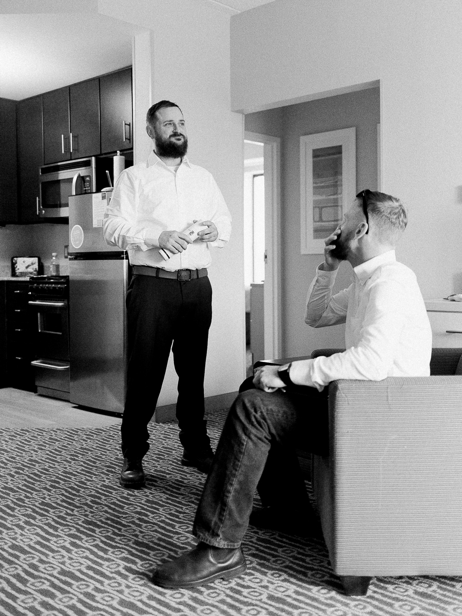 frederick-wedding-photographer-towneplace-suites-getting-ready