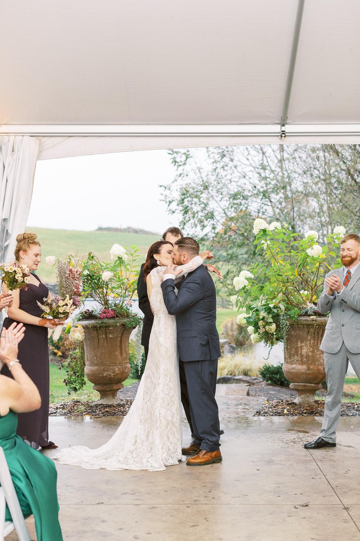 glen-ellen-farm-wedding-first-kiss