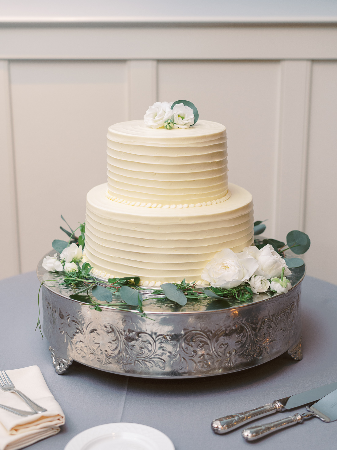 sugarbakers-classic-2-tier-wedding-cake
