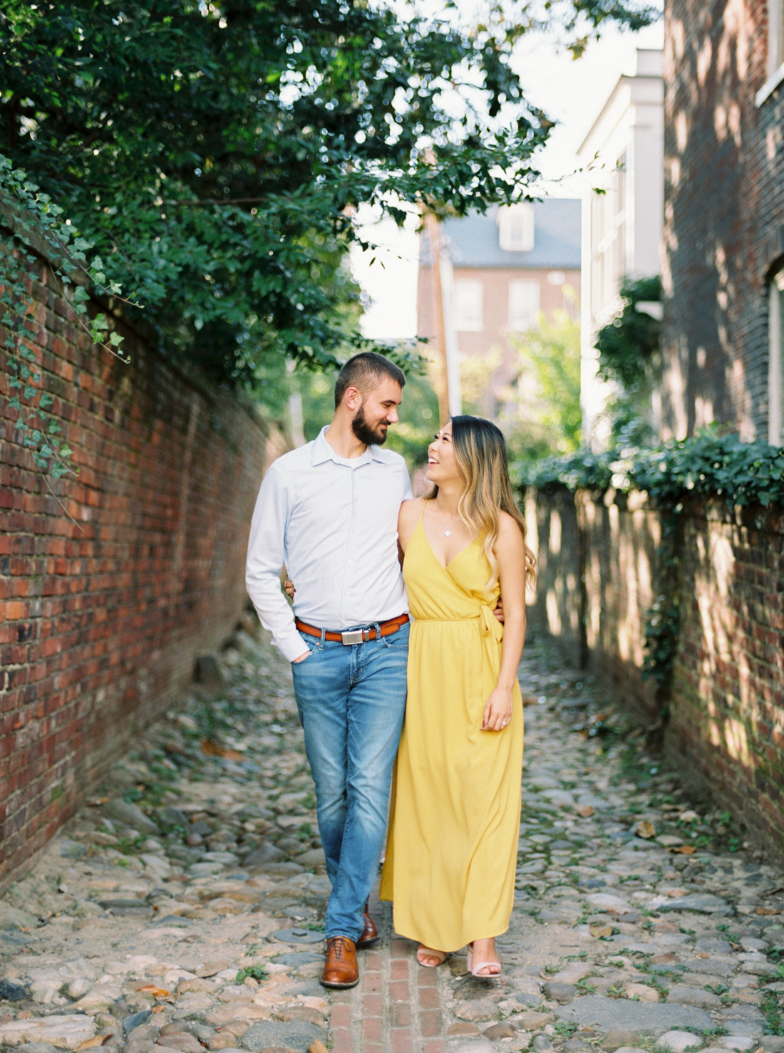 engagement-pictures-in-cobblestone-streets-alexandria