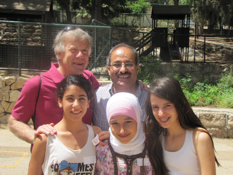 Sami-Bob-and-Israeli-Jewsih-and-Israeli-Arab-students-1.jpg