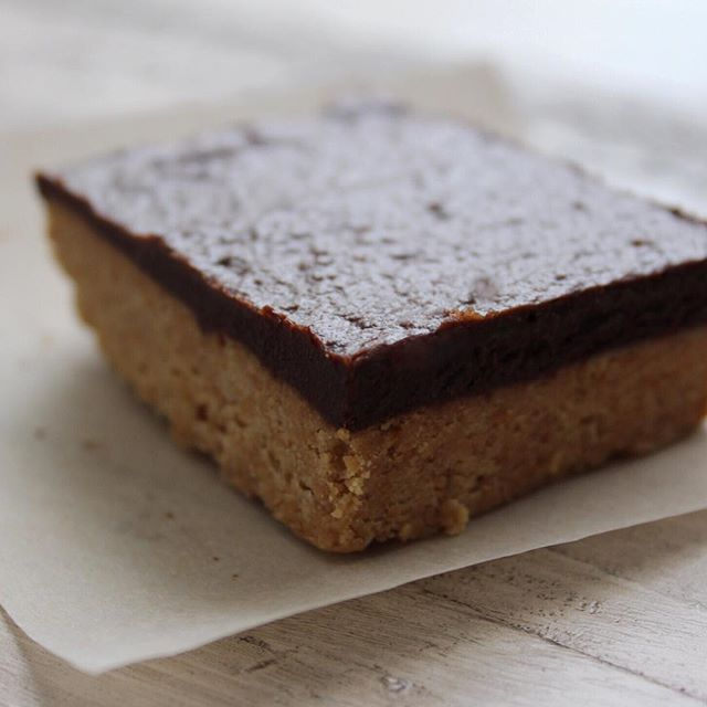 #Raw #PeanutButter Squares These squares are to DIE for and take only 5 MINUTES to make! Made with my favourite....PBandME @pb.and.me  Recipe will be posted later today on the site.  Direct link to site here 👉🏼 @my_easy_eats  #Snack #NoBake #Vegan #PBandME #Healthy #Heaven