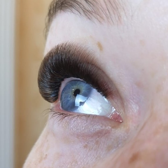 This look is where eyelash extensions are going. Whether it's Mega Volume like here or a lighter look- shorter, denser and more refined is where it's at. 💁 If you are interested in learning this technique I am currently booking for private trainings. Volume experience is required. DM for more info and thank you for your patience while I set up trainings info on my website! ❤️ P.S. these are brown lashes, aren't they fab?