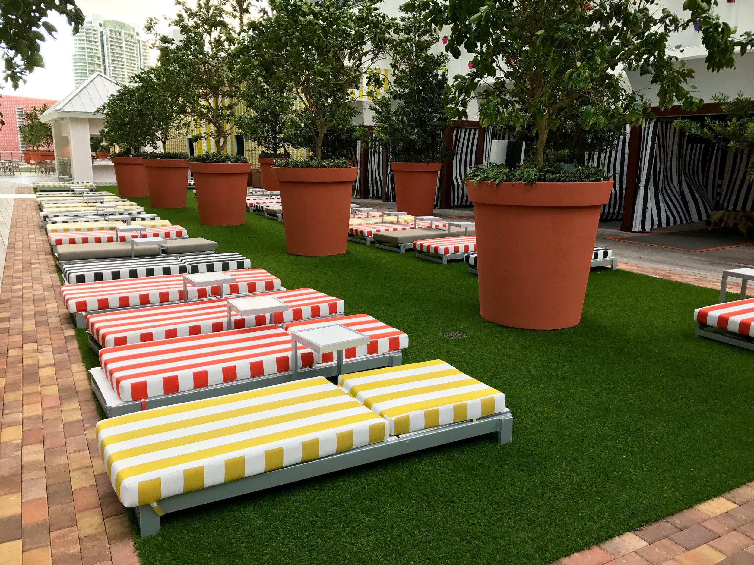 Sun Chairs   Cabanas   Lounge/Bar