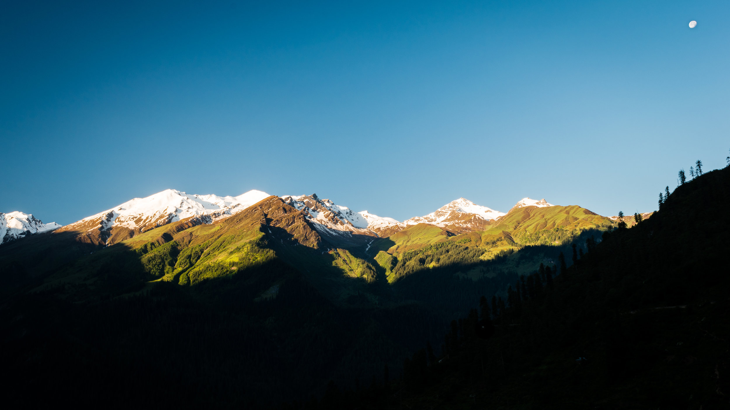 Craig Captures The Moon And Snowcapped Mountains At Sunrise In Tosh, India