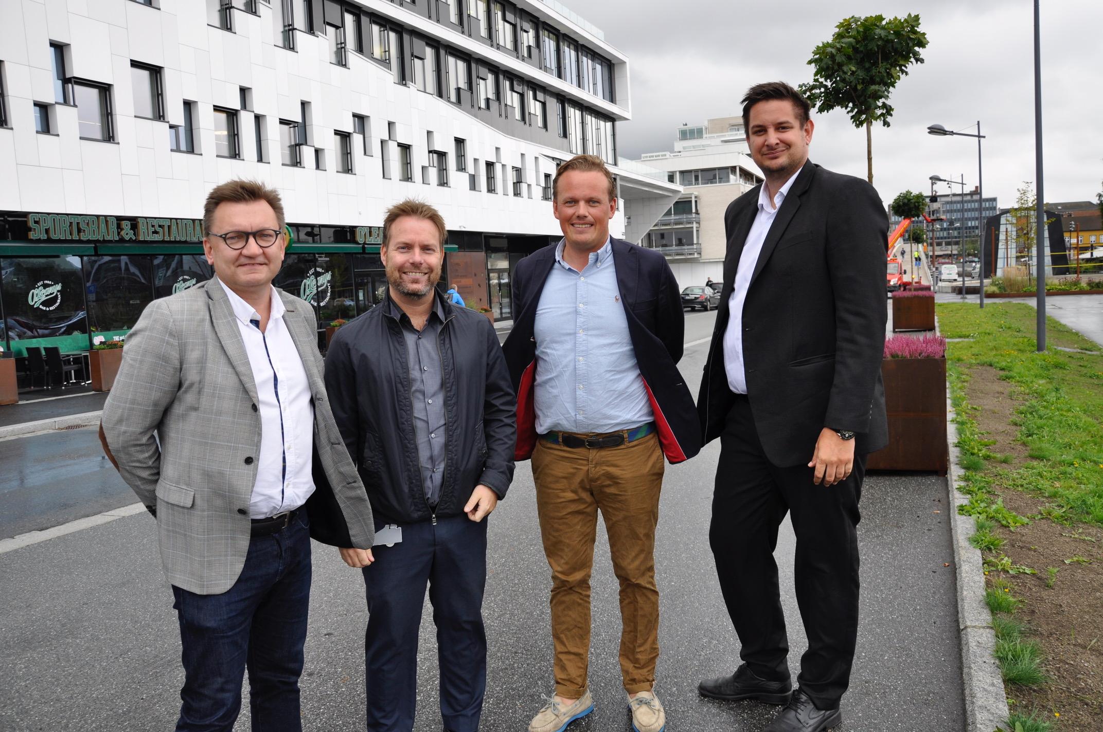 Øivind Kvammen (Værste AS), André Sørensen (Elkjøp), Magnus Fredriksen (Værste AS) og Elkjøp-direktør Fredrik Tønnesen er godt fornøyde med avtalen. Foto:Kristian Bolstad