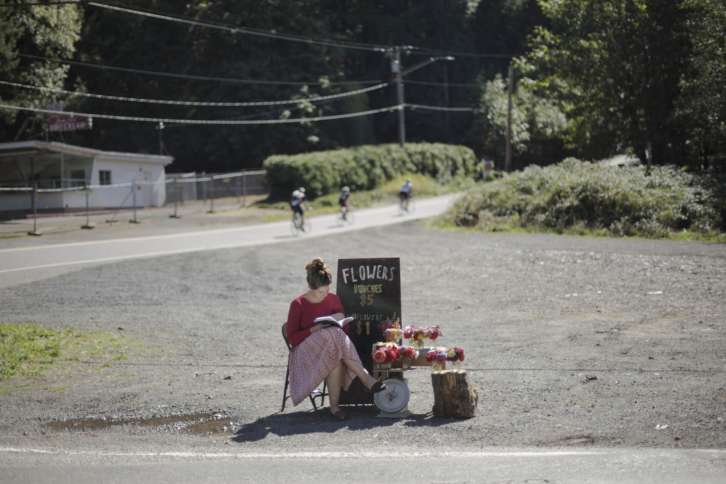 Flower farmer Aisling Aine Maye of Skyberry Farm selling her flowers on the side of the road after a morning of harvesting. (Oregon)