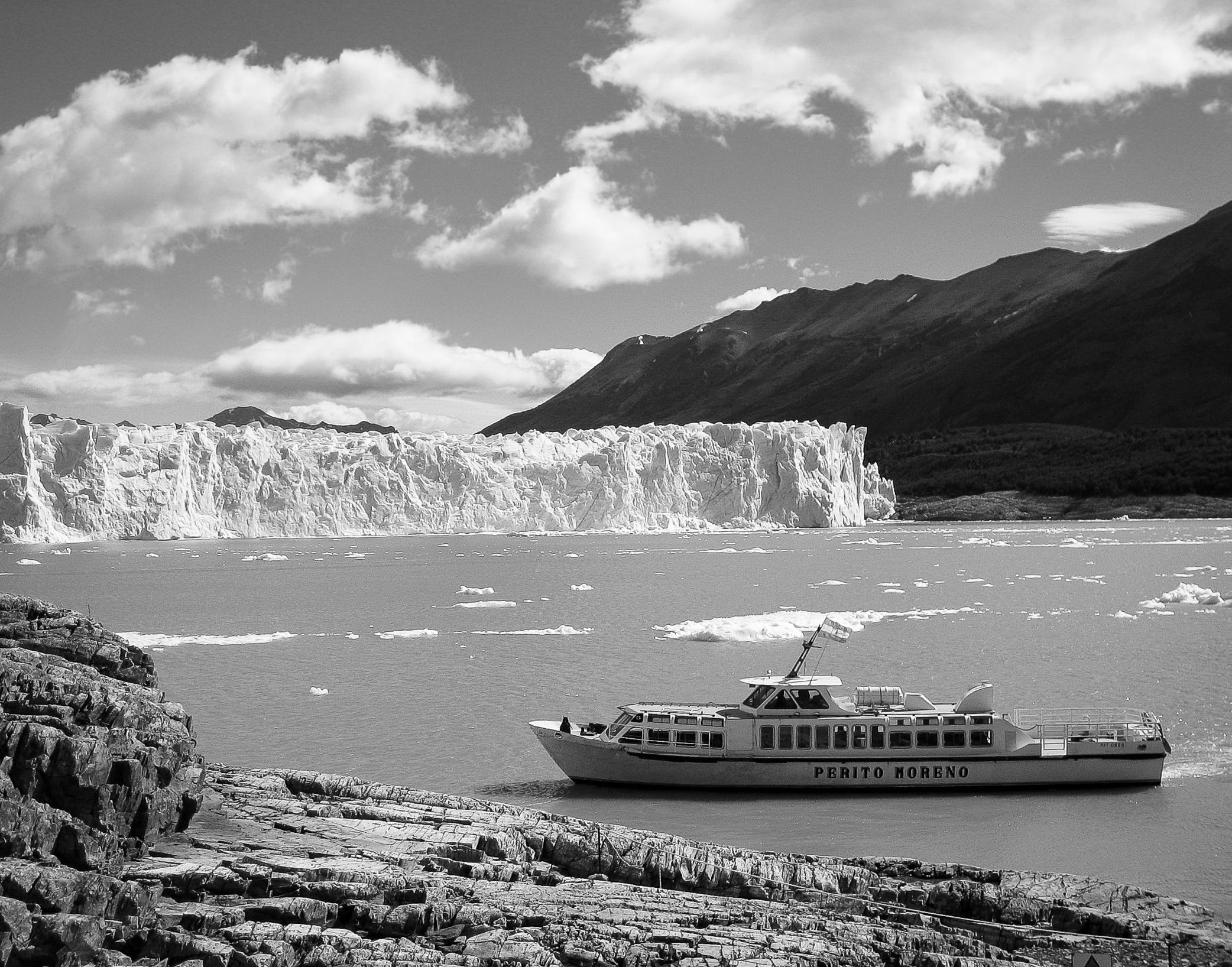 patagonia_el-calafate_glaciar-perito-moreno-2797-_boat-crossing.jpg