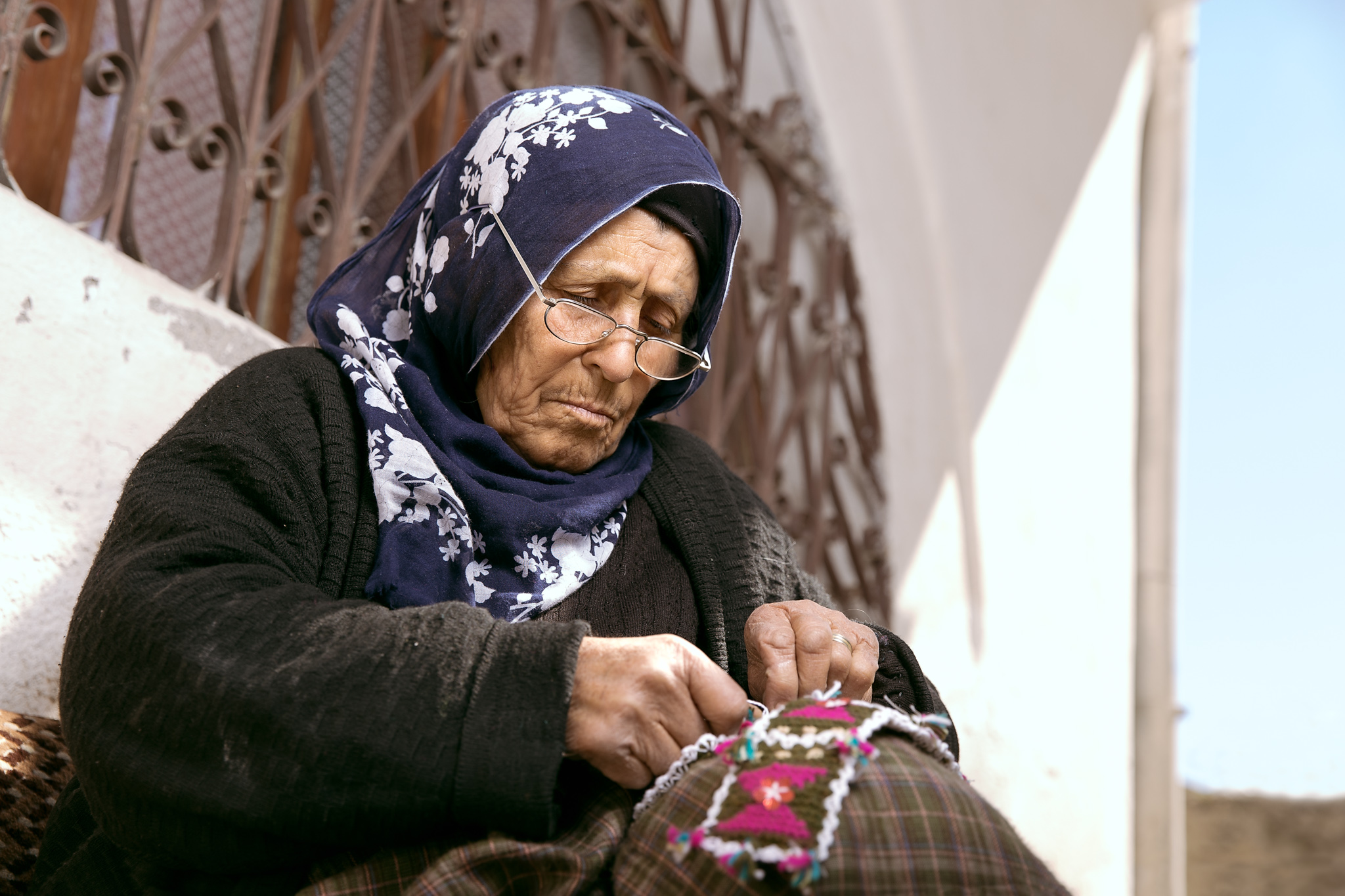 avanos_perfectstrangers-4434-old-lady-sewing-in-alleyway.jpg