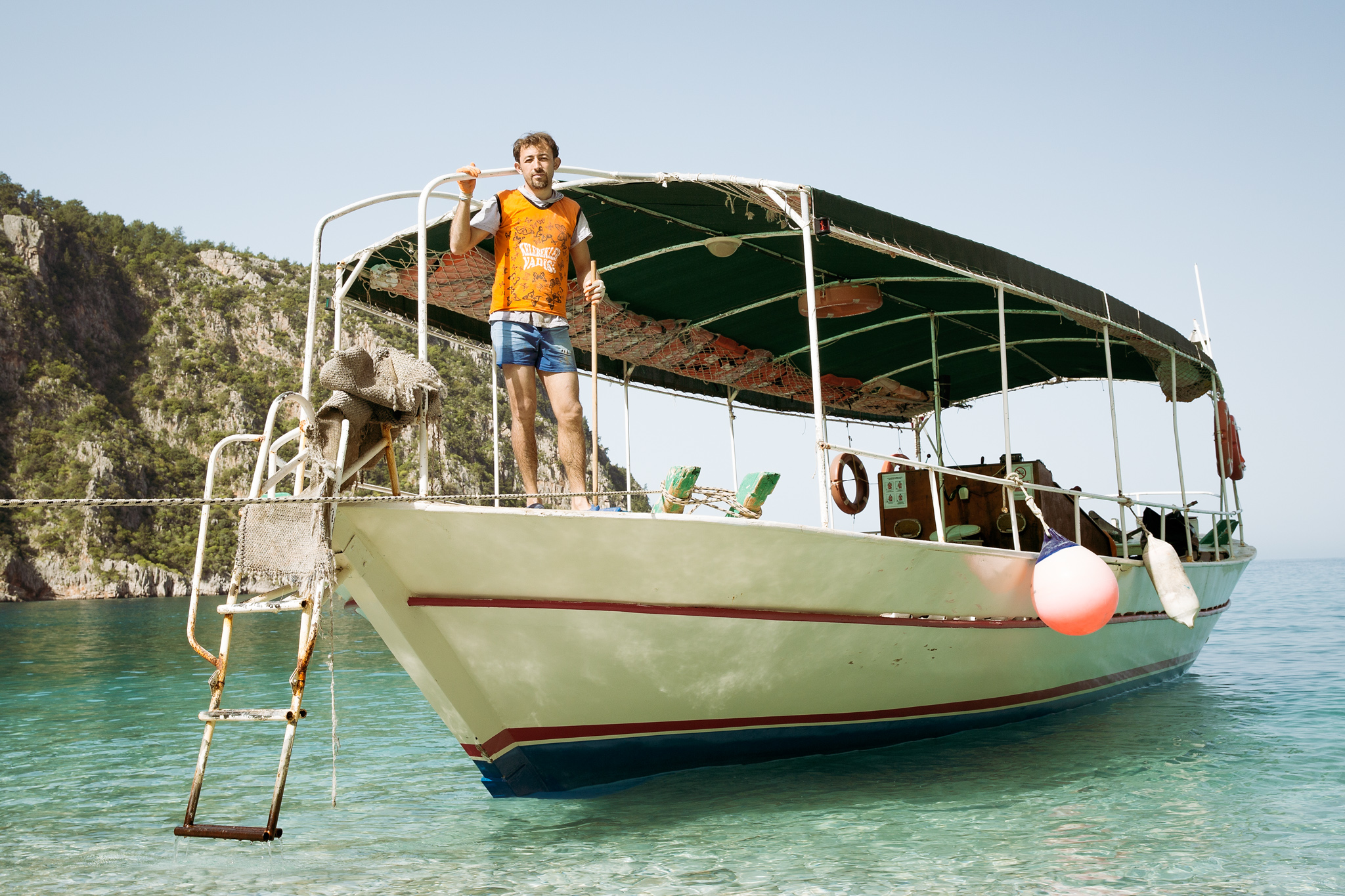 lycian-way_butterfly-valley_decent_beach-3076-boat-cleaner-on-boat.jpg
