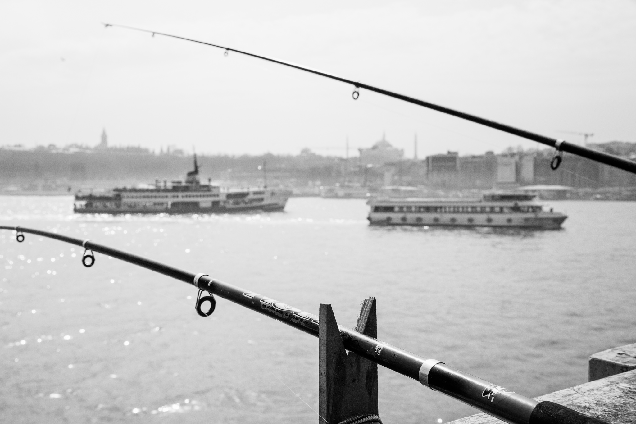 istanbul_galata-bridge-0929-two-ferries-between-fishing-rods.jpg