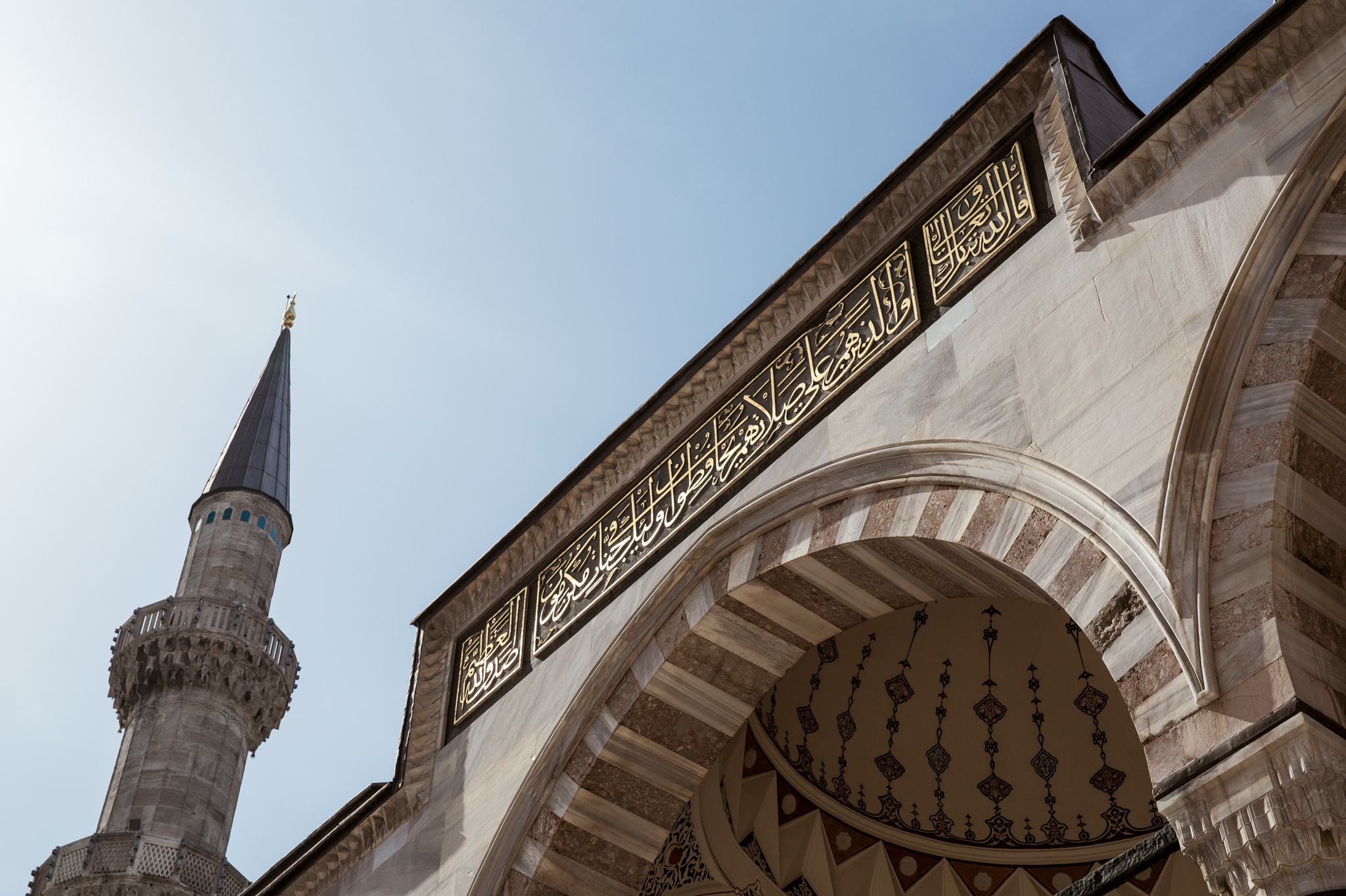 istanbul_suleymaniye-mosque-1177-writing-on-entrance-gate-inside-courtyard.jpg
