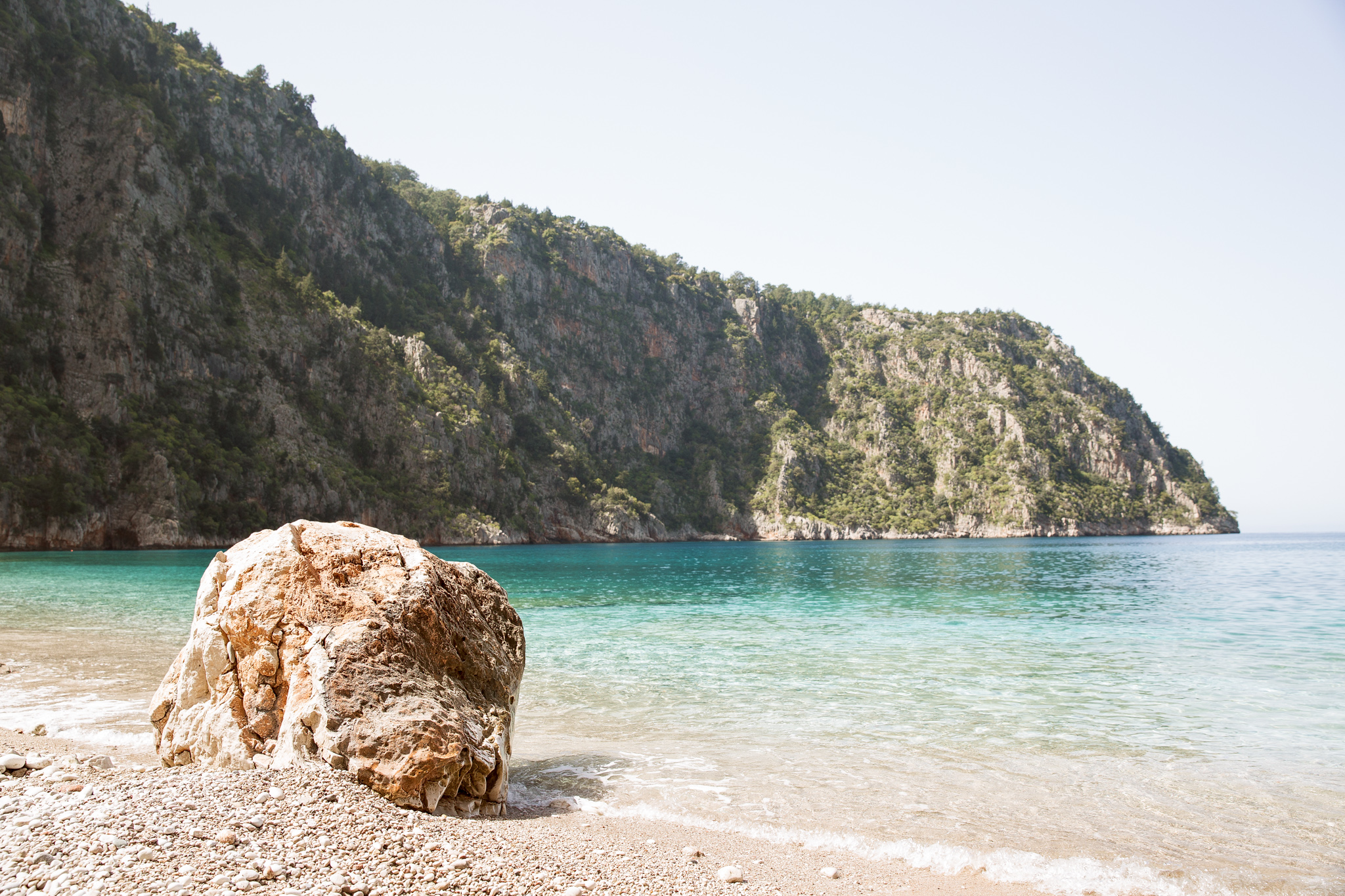 lycian-way_butterfly-valley_decent_beach-3124_boulder-on-beach.jpg