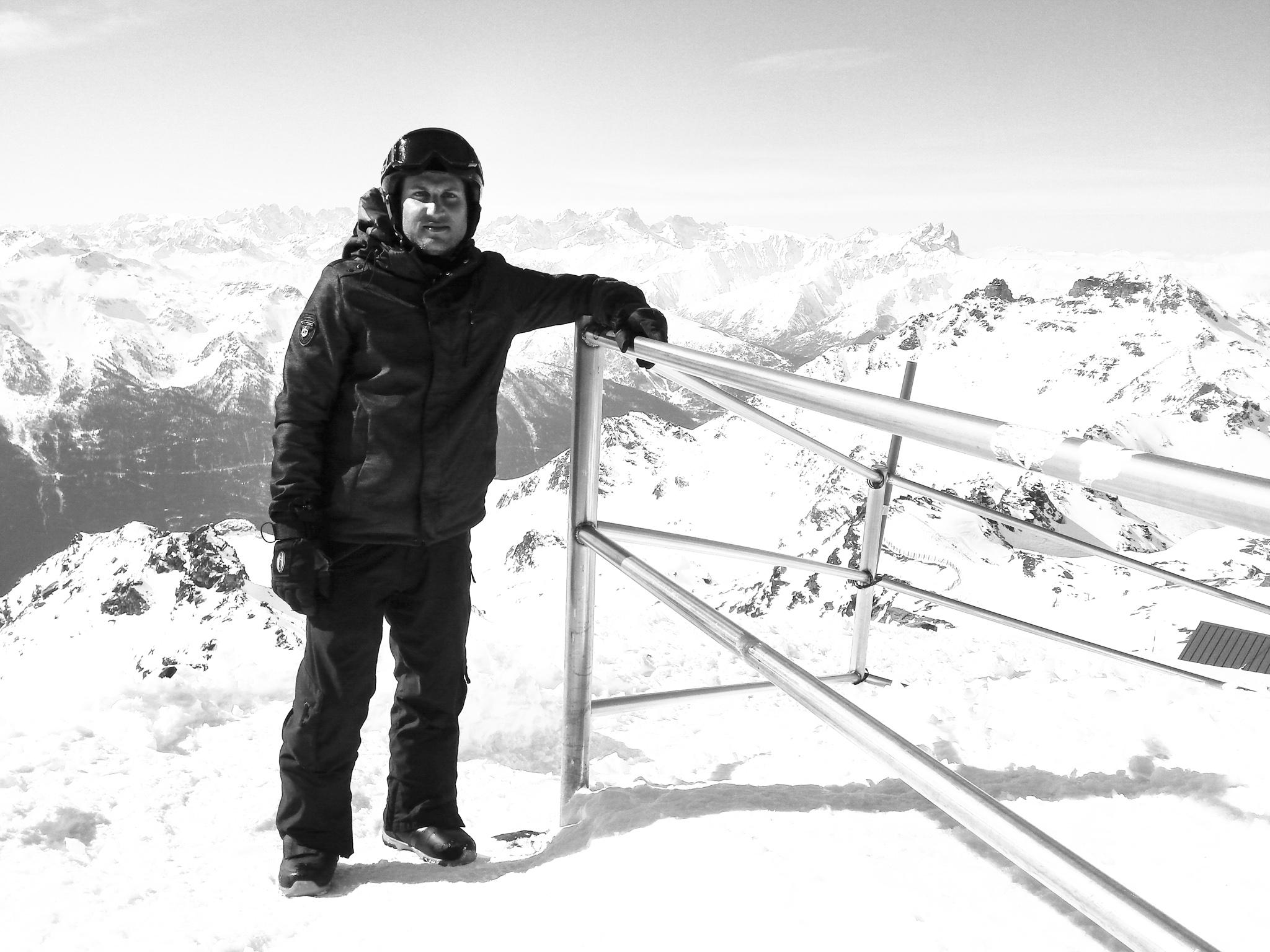 111335-val-thorens-snowboarder-portrait.jpg