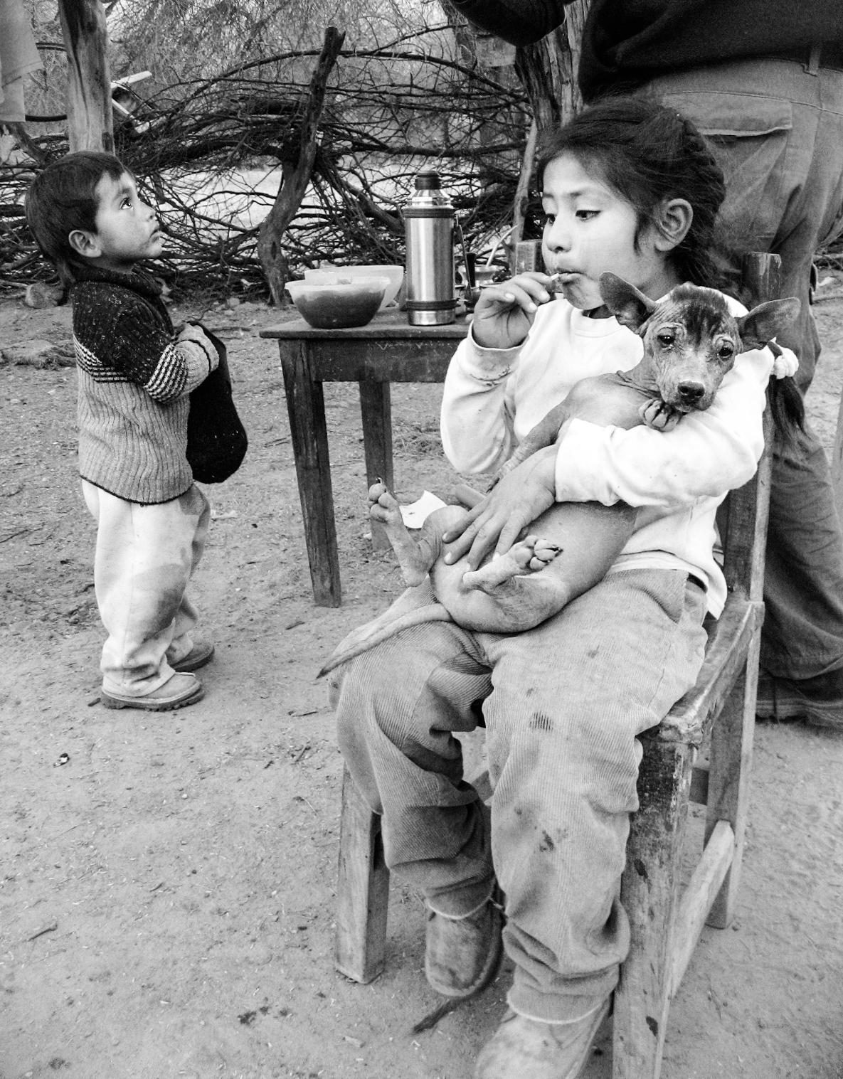 amaichi_museum-apachamama_ruins-quilmes-0802_children-girl-holding-dog-sucking-lolly.jpg