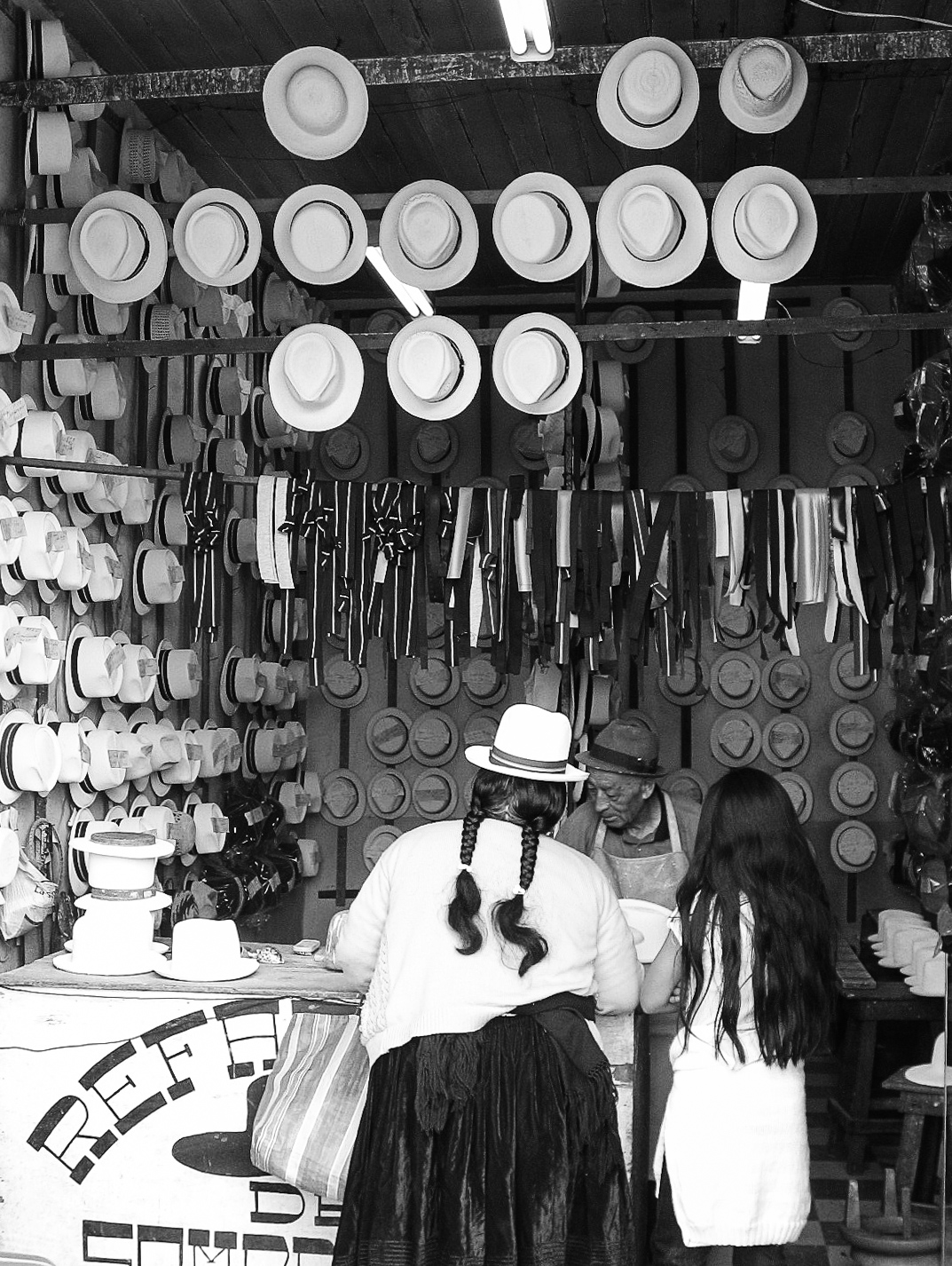 cuenca_river_and_ruins-8279-_peruvian-mother-with-daughter-at-hat-shop.jpg