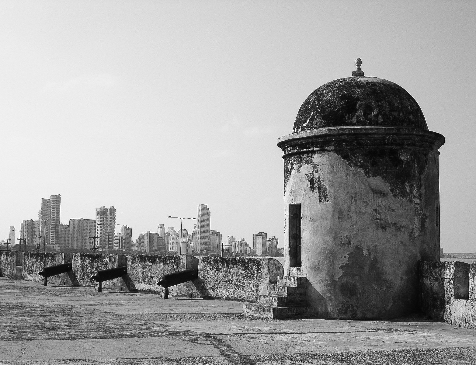 cartagena_old-city_and_on-top-of-walls-1366-wall-tower-side-on-with-canons.jpg