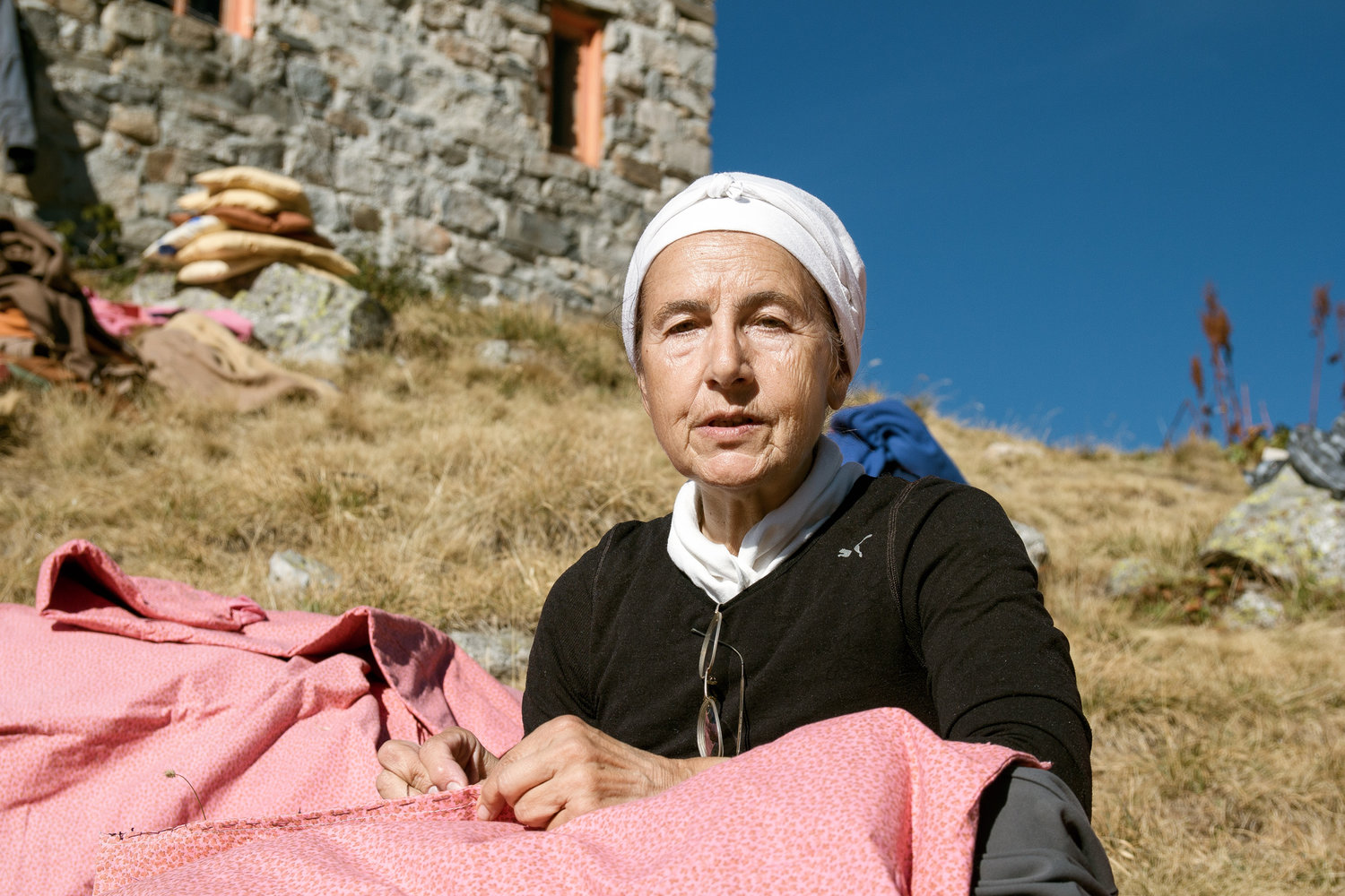 rila_strashnoto-ezero-scary-lake-4746-woman-sewing-hut-in-background.jpg