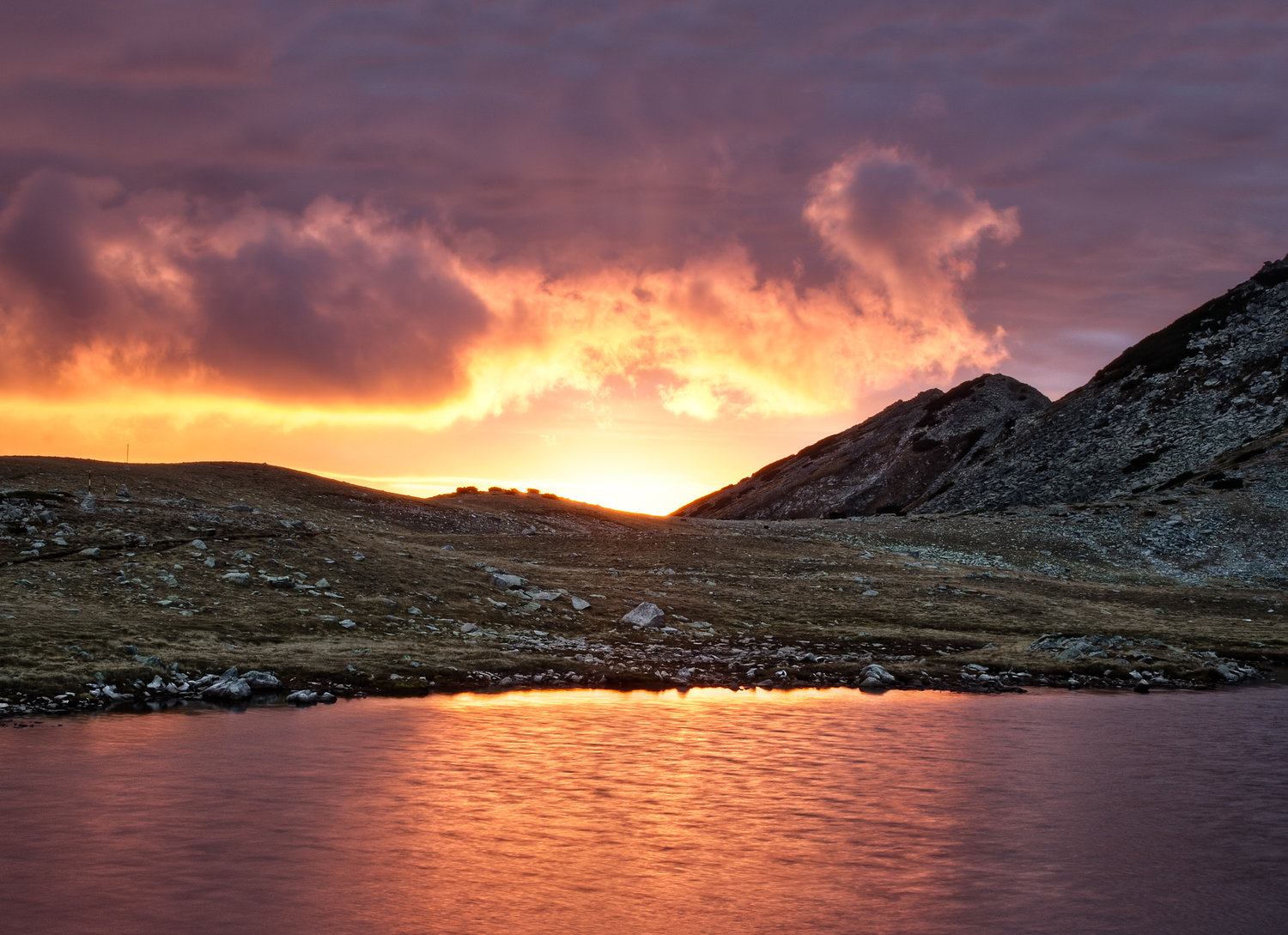 pirin_belemeto-lake-hut-5436-8-v3_sunset-on-lake.jpg