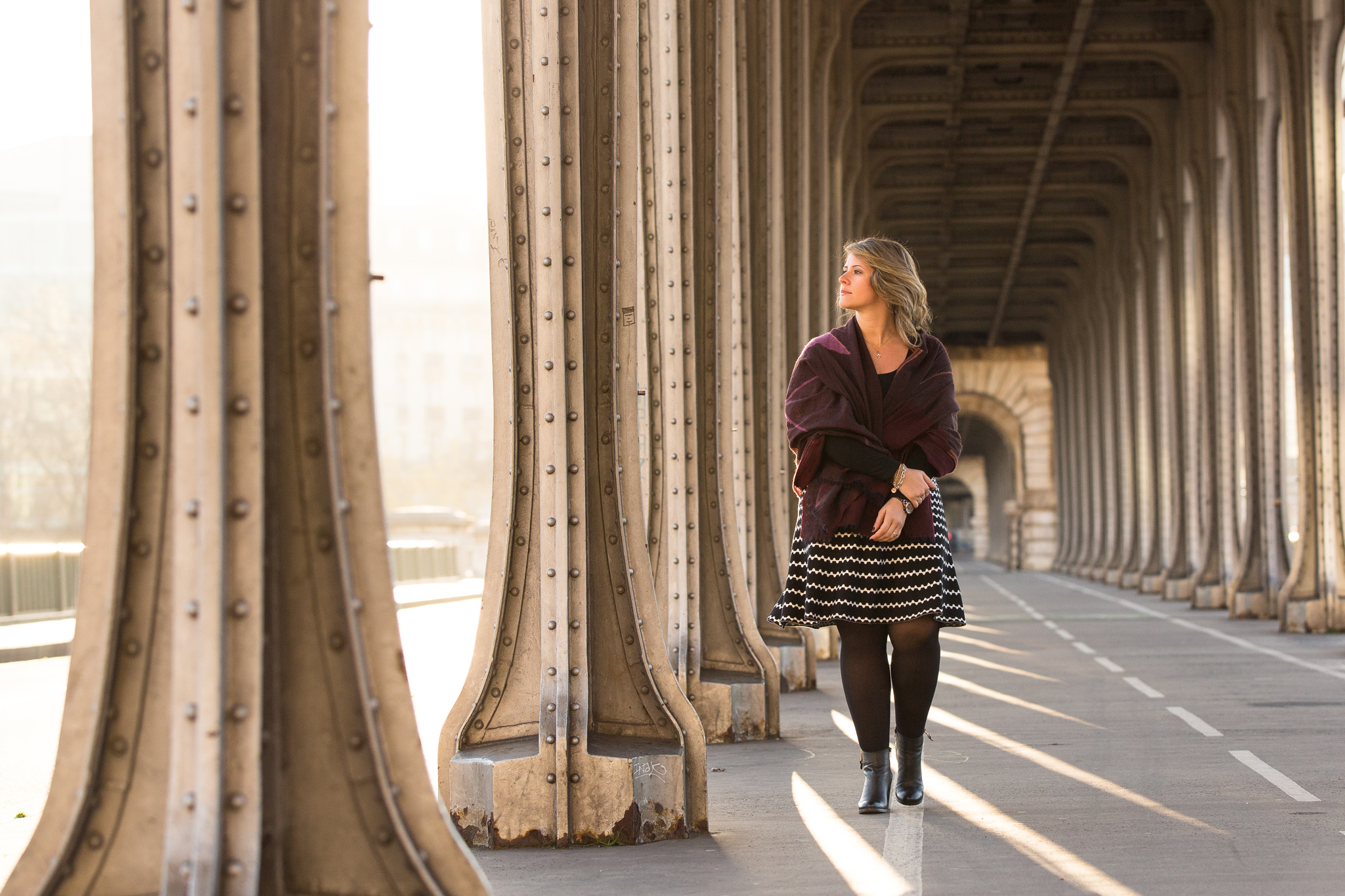 solo traveler exporing the highlights of paris