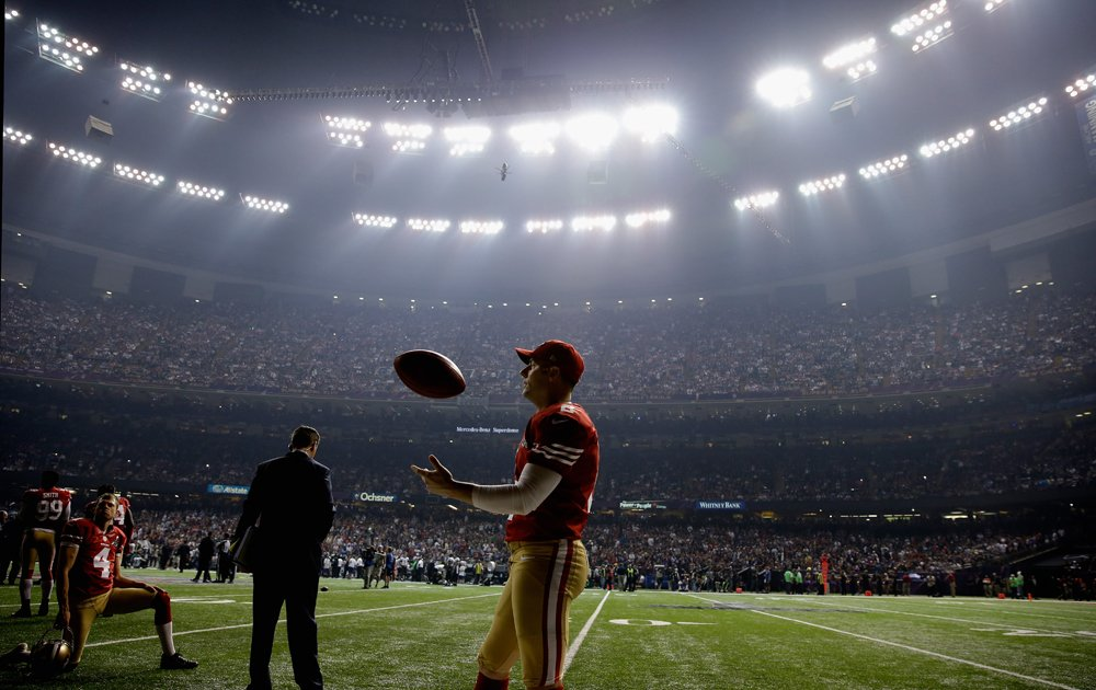 49ers-kicker-david-akers-tosses-a-football-to-himself.jpg