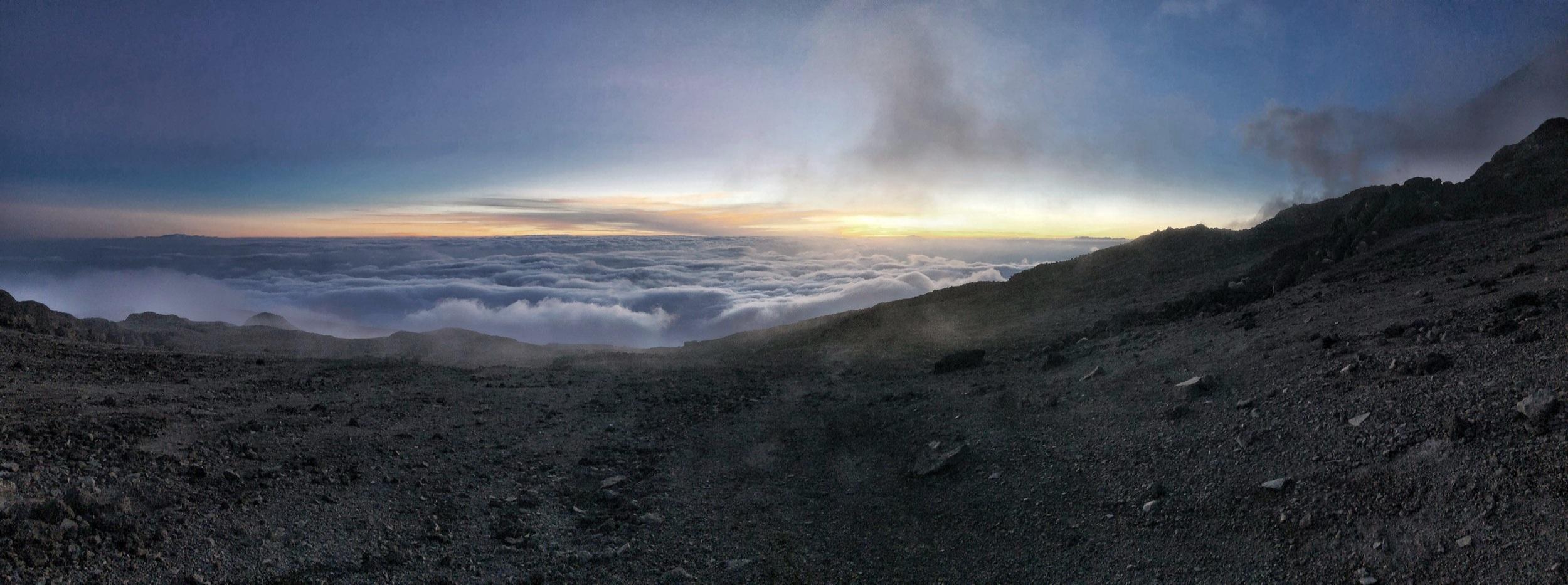 Sonnenuntergang beim abstieg nach der akklimatisierung im barafu camp