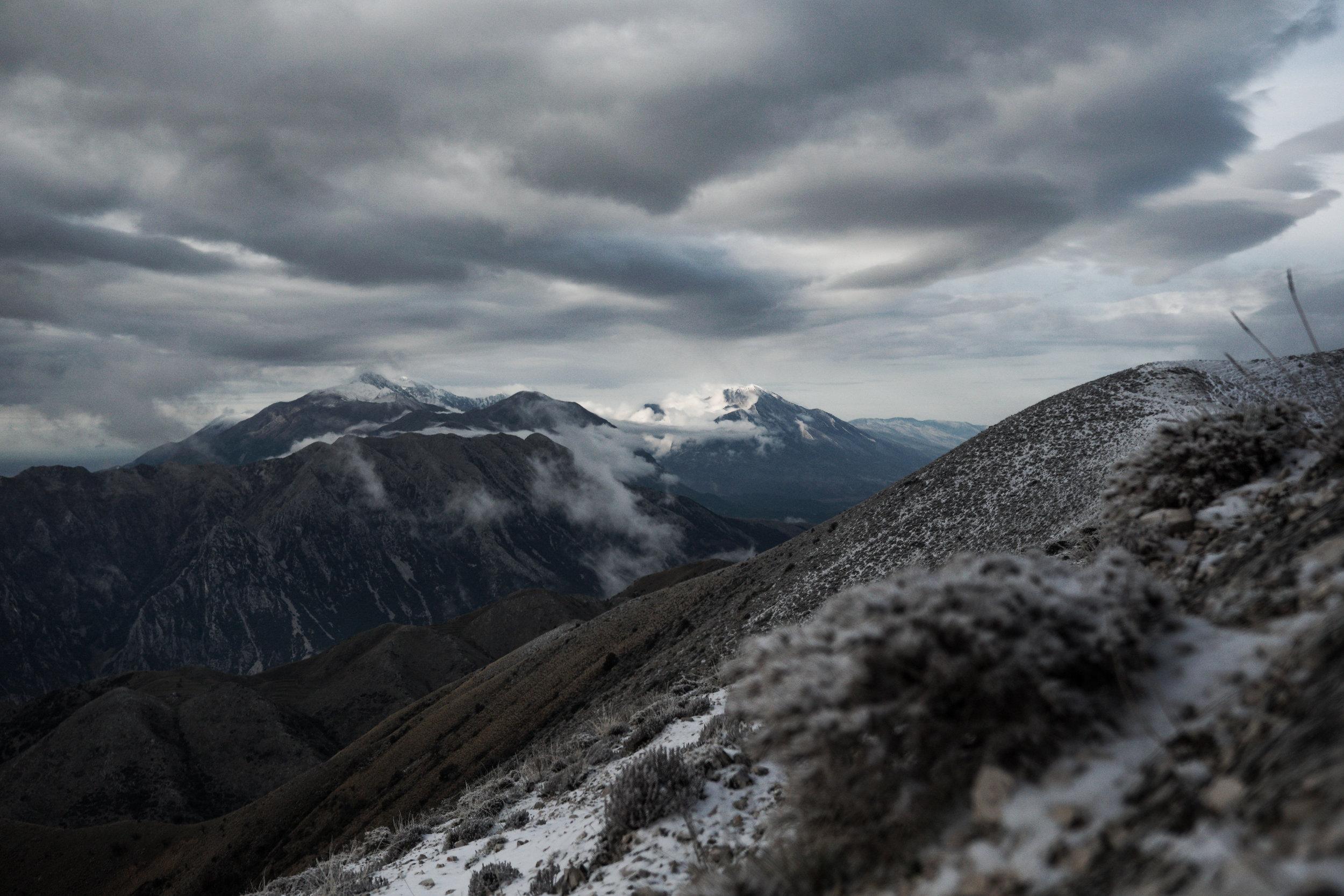 """Blick auf das ceraunische Gebirge mit """"Maja e Çikës"""" und umliegende berge"""