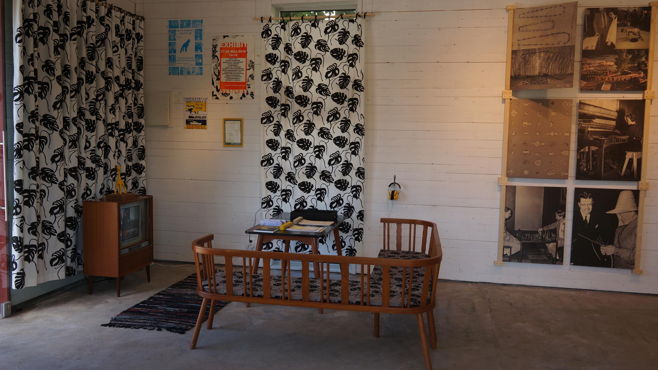 Gamla stenebymöbler. Textiltryck av Olivia. Vändbara plywoodprintar med arkivbilder. Video med gamla filmer.