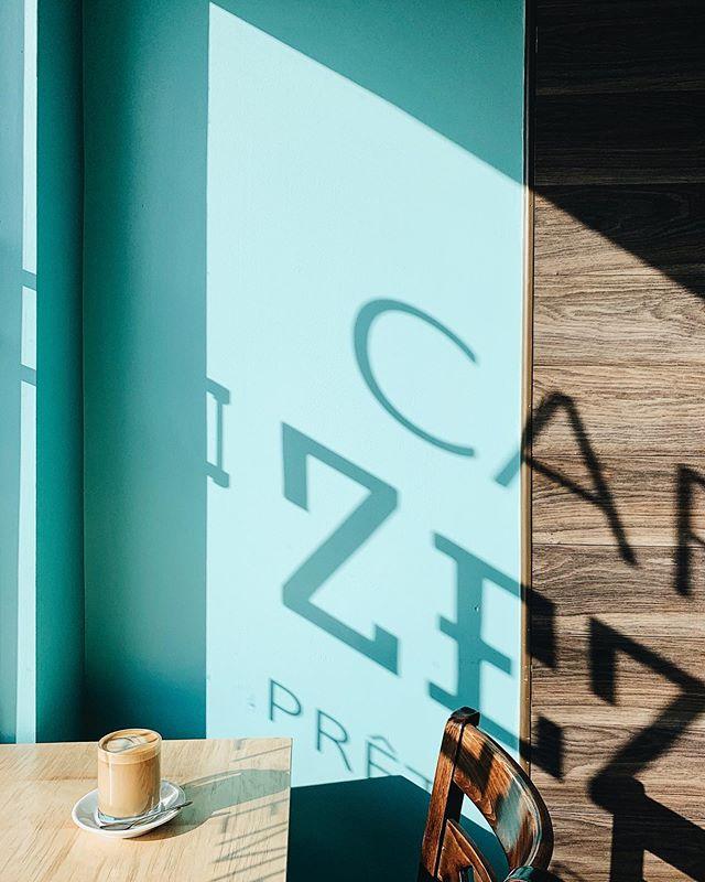 Lumière magique au @cafezezin ce matin. #chasinglight ☕️✨ ___ #cafezezin #behappyatzezin #zezin #villeray #villeray #visitmontreal #mtlmoments #montréaljetaime #mtlcafecrawl #shopcorner #livefolk #peoplescreatives #mtlcoffeecrawl #mtl #placetogo #placetobe #livefolk #lifestyle #butfirstcoffee #coffee #coffeshop #coffeegram #exploremonrtreal #vsco