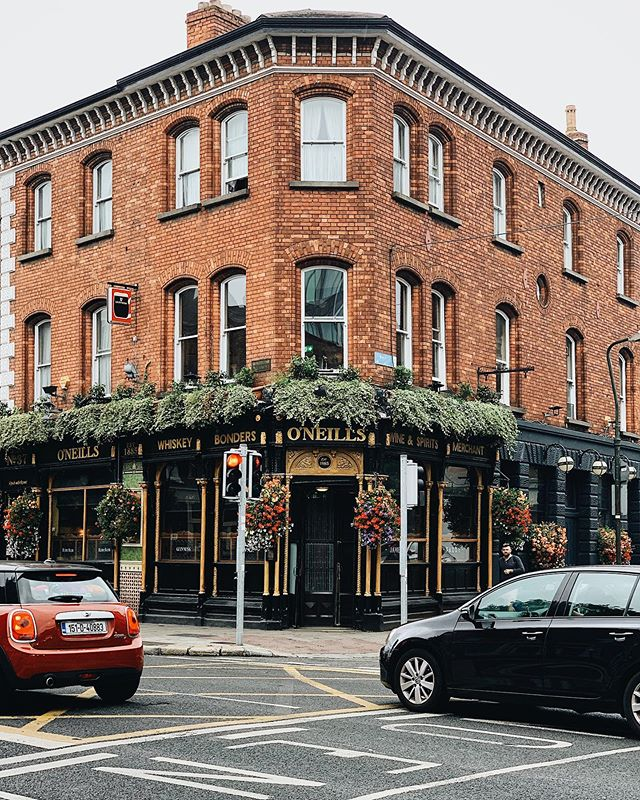 Notre tout premier arrêt en Irlande, un pub bien évidemment! 🍀🍻 @oneillspubdublin  ___ #oneillspub #oneillspubdublin #ireland #dublin #pubs #irishpubs #theirish #visitdublin #visitireland #ireland_travel #irishinteriors #placetovisit #placetobe #passionpasseport #shotoniphone #iphonexr #vsco #vscocam