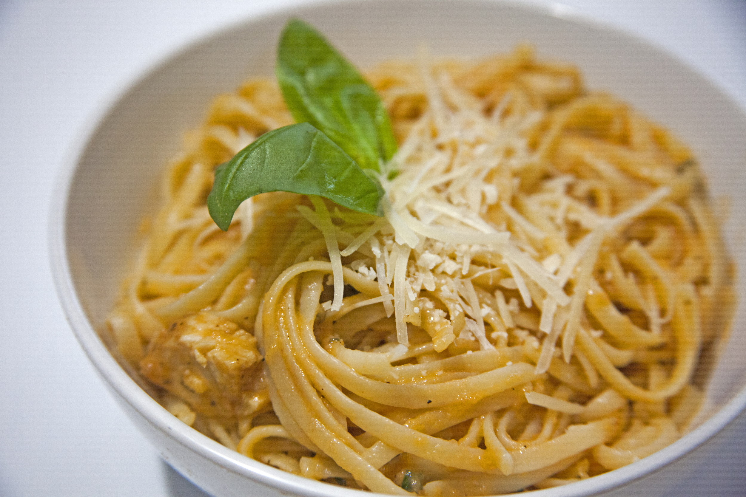 Linguine with Herb Grilled Chicken in Tomato Basil Sauce