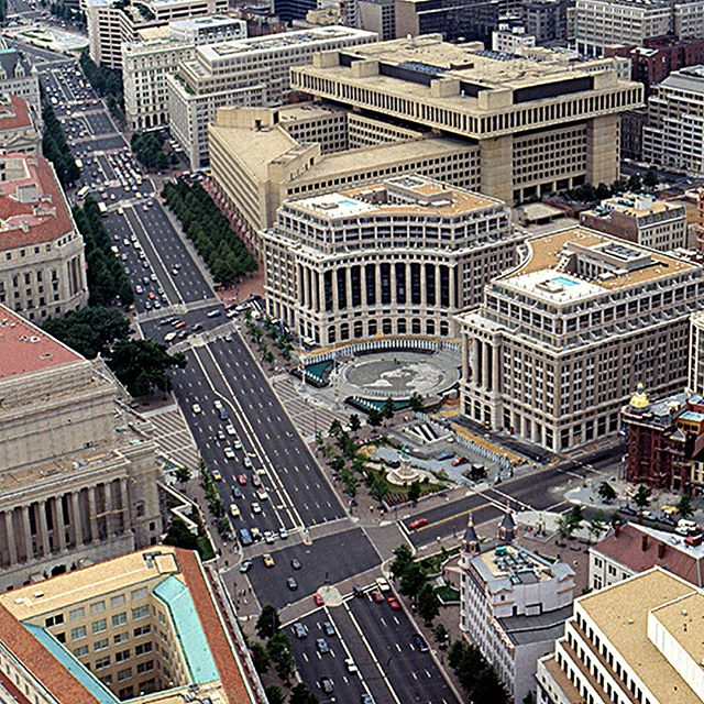 #flashbackfriday Market Square was a competition-winning scheme for a pivotal site on Pennsylvania Avenue, appropriately continuing the #neoclassical vocabulary of the #FederalTriangle. Bisecting Market Square's twin, mirror image, mixed-use buildings is the only cross axis along the avenue joining the White House and the Capitol.  Completed in 1990.⠀ ⠀ Design Architect: Hartman-Cox Architects⠀ Architect of Record: Morris Architects⠀ ⠀ #washingtonDC #commercial #architecture #MarketSquareDC