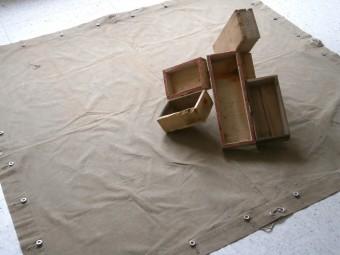Urs Plangg, « Croix en boîte», 1993, bois et toile militaire, ca. 30 x 155 x 159 cm
