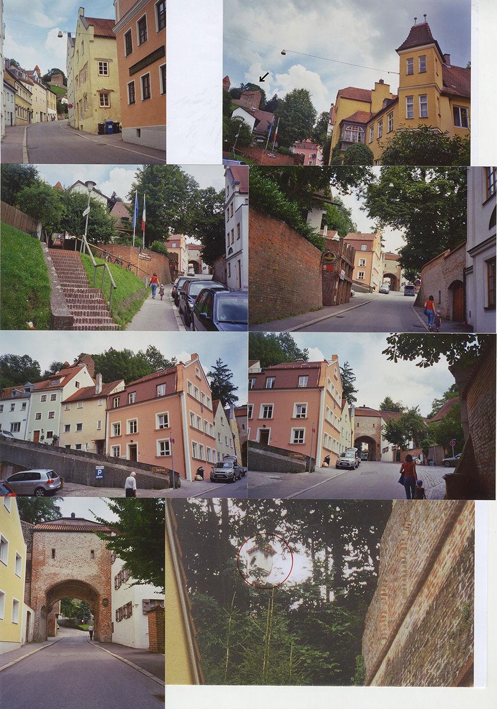 Abb.19 V.o.n.u.: »Der Marsch nach Salzdorf« 1. Reihe: Der Fluchtpunkt der Alten Bergstraße = der Pulverturm (auf dem Foto rechts, markiert mit ↙) 2. Reihe: das »Ochsenklavier« beginnt in Sichtweite des Burghausertors – 3. Reihe: die Schlossgasse vor dem Durchqueren des Burghausertors 4. Reihe: das Burghausertor – beim Tor links oben, zwischen Sträuchern die »Burgfriedenssäule« Fotograf: Joachim Jung 2010 © Joachim Jung