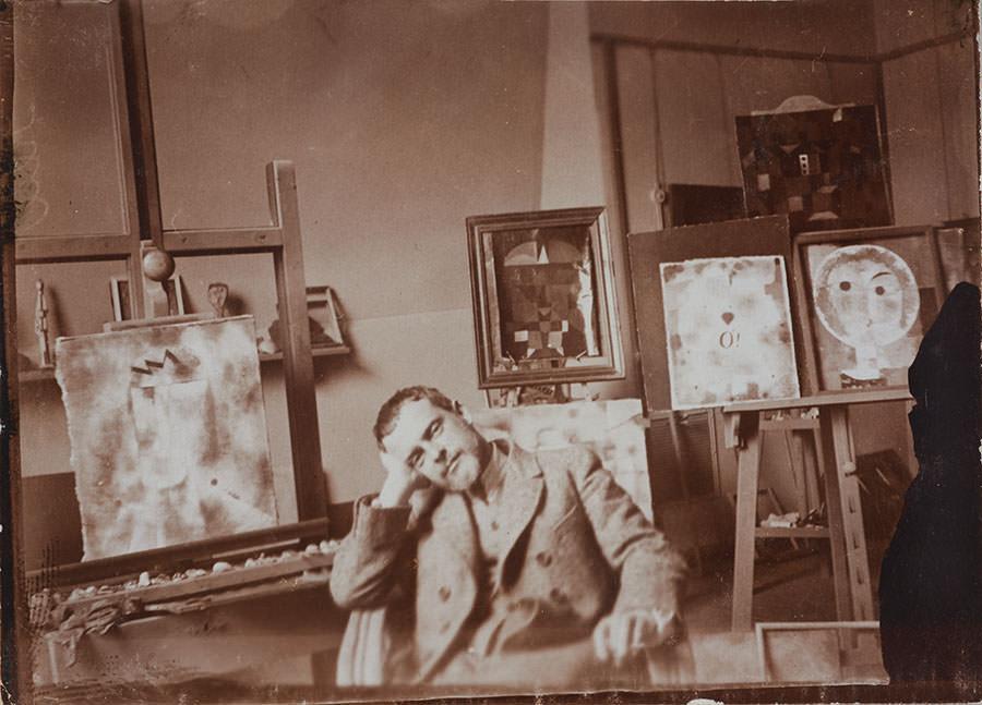 Abb. 14  Paul Klee in seinem Atelier, Bauhaus Weimar 192 , Fotograf: Felix Klee (?), Zentrum Paul Klee, Schenkung Familie Klee © Zentrum Paul Klee, Bern, Bildarchiv
