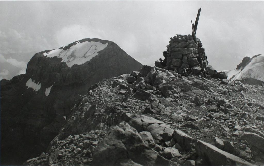 Abb. 19  Max Gubser, Ruchenglärnisch 2910 m, mit Vrenelisgärtli 2907 m und dem weit herum sichtbarem Schneefeld unterhalb des Gipfels, dem eigentlichen Vrenelisgärtli , 1930.  ©ETH-Bibliothek Bildarchiv, Zürich.